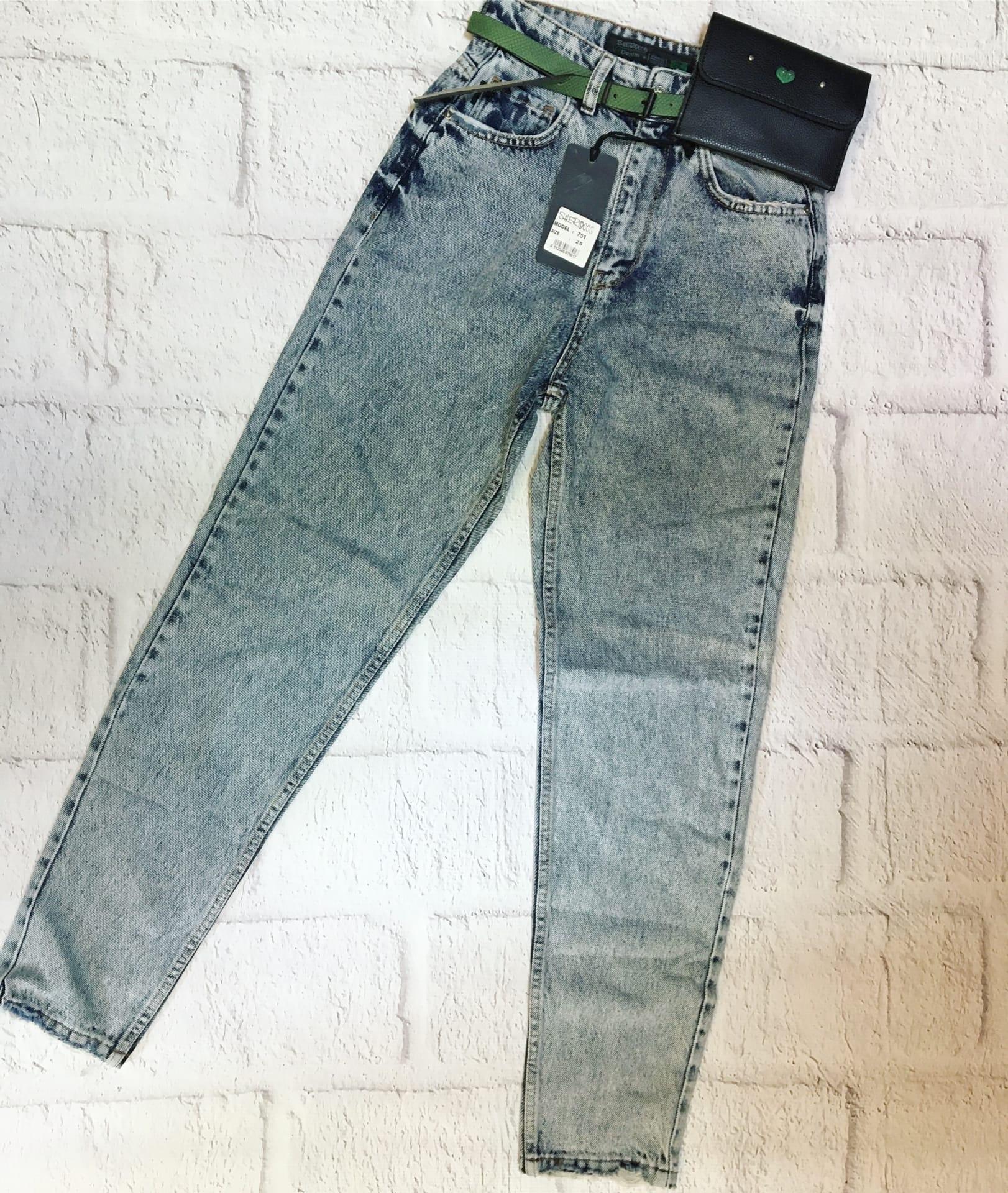 Женские джинсы из новой коллекции.